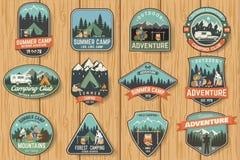 El sistema del campamento de verano badges en el tablero de madera Vector Imágenes de archivo libres de regalías