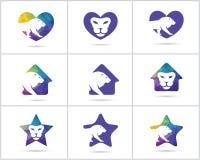 El sistema del diseño del logotipo del león, los iconos animales del vector de la fauna colorida, león polivinílico bajo en coraz Foto de archivo libre de regalías
