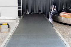 El sistema del equipaje de la banda transportadora dentro del aeropuerto Imagenes de archivo