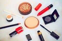 El sistema del maquillaje de smokey observa la paleta del sombreador de ojos, el polvo de la frente, la cartilla, los lápices del fotografía de archivo libre de regalías