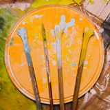 El sistema del vintage de los palillos de mezcla de Paint del artista está en una cubierta plástica imagen de archivo