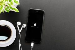 El sistema el comenzar de la pantalla de IPhone que muestra 7 en la visión superior, el nuevo iPhone 7 es fabricado por la manzan Imagen de archivo libre de regalías