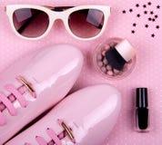 El sistema mínimo de las mujeres hermosas de complementos en un fondo rosado Fotografía de archivo libre de regalías