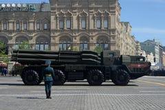 El sistema múltiple del lanzacohetes de Smerch en Plaza Roja durante el desfile militar dedicado a Victory Day Fotografía de archivo libre de regalías