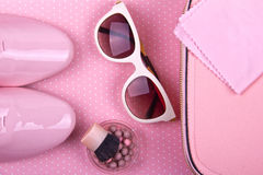 El sistema mínimo de las mujeres hermosas de complementos en un fondo rosado Imagen de archivo