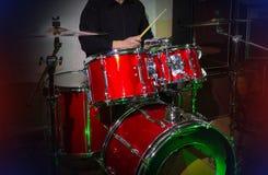 El sistema moderno del tambor en etapa se preparó para jugar en luz azul brillante imagen de archivo