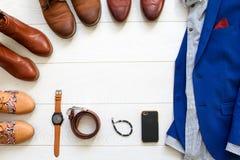 El sistema plano de la endecha de zapatos marrones circundó alrededor del traje azul para hombre con s Foto de archivo libre de regalías