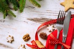 El sistema tradicional de la tabla para el día de fiesta de la Navidad con los cubiertos y arrulla Imágenes de archivo libres de regalías