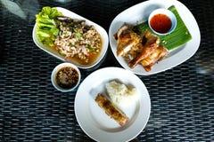 El sistema tradicional picante y famoso de la comida de Tailandia, ensalada picadita picante del cerdo sirvió con arroz pegajoso  Imagen de archivo