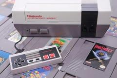El sistema y los juegos del videojuego de Nintendo NES imagenes de archivo