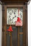 El sitio adorna con los juguetes hechos a mano rojos Fotografía de archivo libre de regalías