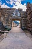 El sitio arqueológico de Mycenae cerca del pueblo de Mykines, con las tumbas antiguas, las paredes gigantes y la puerta famosa de fotografía de archivo