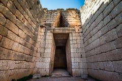 El sitio arqueológico de Mycenae cerca del pueblo de Mykines, con las tumbas antiguas, las paredes gigantes y la puerta famosa de imagenes de archivo