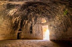 El sitio arqueológico de Mycenae cerca del pueblo de Mykines, con las tumbas antiguas, las paredes gigantes y la puerta famosa de imágenes de archivo libres de regalías