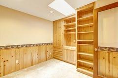 El sitio brillante de la oficina con los gabinetes de madera y la pared de madera arreglan Fotografía de archivo libre de regalías