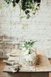 El sitio de la boda adornó estilo del desván con una tabla y los accesorios Foto de archivo