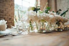 El sitio de la boda adornó estilo del desván con una tabla y los accesorios Fotografía de archivo