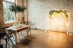 El sitio de la boda adornó estilo del desván con una tabla y los accesorios Foto de archivo libre de regalías
