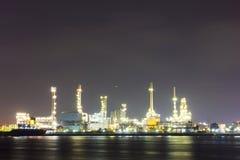 Sitio de la refinería de petróleo con crepúsculo Fotos de archivo libres de regalías