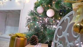 El sitio interior del árbol de los regalos de la Navidad y el Año Nuevo juega luces y la chimenea del centelleo Fotos de archivo