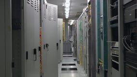 El sitio interior del servidor de las telecomunicaciones, enfoca adentro almacen de video