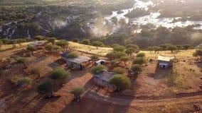 El sitio para acampar en la cascada Epupa cae, Namibia septentrional almacen de video