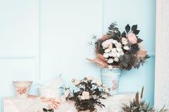 El sitio se adorna maravillosamente con las flores coloridas Fotos de archivo libres de regalías