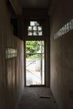 El sitio vacío abandonó la pared del cemento con la salida de la puerta Imágenes de archivo libres de regalías