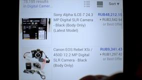 El sitio web en línea de eBay de la subasta que practica surf hace compras en móvil metrajes