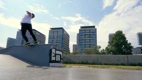 El skater hace un truco al aire libre almacen de video