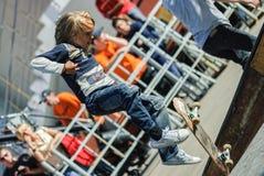El skater muestra habilidad en la competencia extrema Foto de archivo