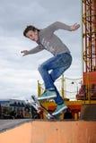 El skater muestra habilidad en la competencia extrema Foto de archivo libre de regalías