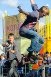 El skater muestra habilidad en la competencia extrema Fotos de archivo