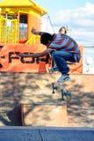 El skater muestra habilidad en la competencia extrema Imagenes de archivo