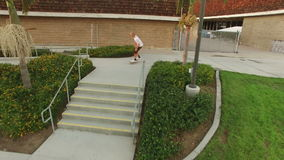 El skater que salta sobre las escaleras metrajes