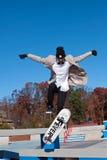 El skater salta para realizar truco en nuevo Skatepark Fotografía de archivo libre de regalías
