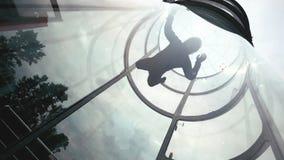 El skydiver del hombre vuela en aire una cámara lenta del túnel de viento El lanzarse en paracaídas extremo almacen de video