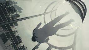 El skydiver del hombre vuela en túnel de viento El volar en un túnel de viento Deportes extremos almacen de video