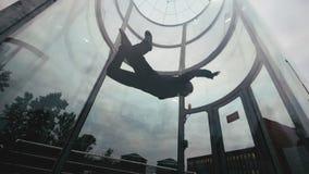 El skydiver del hombre vuela en un círculo en túnel de viento El volar en un túnel de viento metrajes