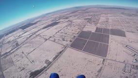 El skydiver profesional abre el paracaídas en el aire, mosca sobre Arizona Día asoleado almacen de video
