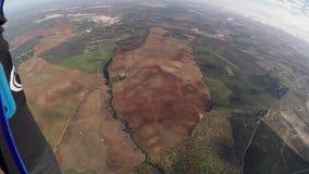 El skydiver profesional abre el paracaídas en cielo Día asoleado adrenalina horizonte almacen de video