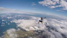 El Skydiver salta en el vídeo de la playa