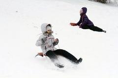 El Sledding abajo de las colinas en un día de invierno Fotos de archivo