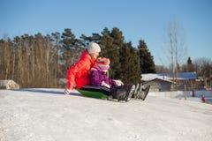 El sledding adolescente y del niño Fotos de archivo libres de regalías