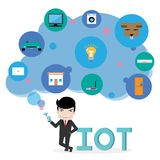 El smartphone de la manija del hombre de negocios conecta con diversas cosas en la nube azul, el iot y la red conectan concepto,  Fotos de archivo libres de regalías