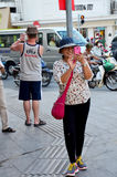 El smartphone del uso del viajero toma tráfico de la foto Imagen de archivo