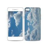 El smartphone móvil con un ejemplo de la pantalla y la cubierta diseñan Cielo azul hermoso, fondo abstracto, nubes blancas Imágenes de archivo libres de regalías