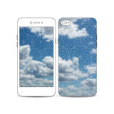 El smartphone móvil con un ejemplo de la pantalla y la cubierta diseñan Cielo azul hermoso, fondo geométrico abstracto Fotografía de archivo