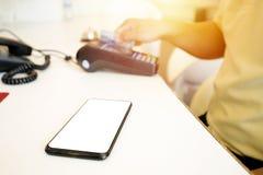 El smartphone se coloca en frente y hay el espacio que puede ser incorporado fotos de archivo