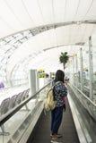 El smartphone tailandés del uso de las mujeres del viajero toma la foto con el boleto y el pasaporte en aeropuerto fotos de archivo